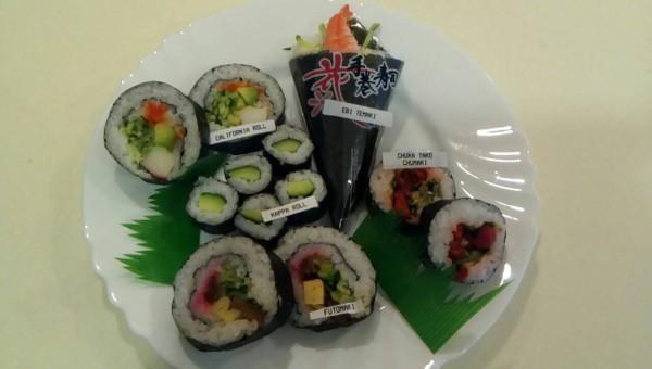 お皿の上の巻寿司